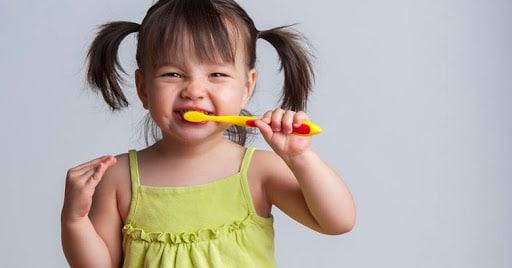 escovar os dentes é um dos cuidados com a saúde bucal das crianças